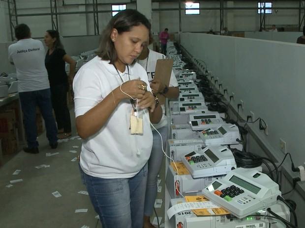 Urna eletrônica recebe a assinatura do juiz e promotor eleitoral antes de ser lacrada (Foto: Reprodução/TV Mirante)