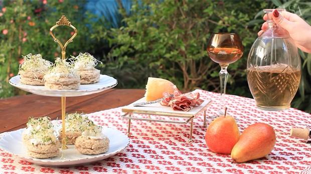 Como decorar uma mesa de aperitivos para um fim de tarde (Foto: Reprodução)