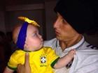 Filha caçula de Solange Almeida ganha colo de jogadores da seleção