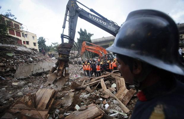 Resgatistas observam operação para encontrar sobreviventes no desabamento em Mumbai, neste sábado (28) (Foto: Danish Siddiqui/Reuters )