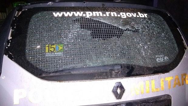 Vidro do carro da PM ficou estilhaçado com os tiros dados pela quadrilha (Foto: Divulgação/Polícia Militar)
