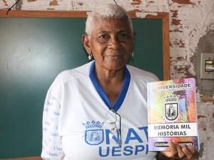 Osmarina apresenta livro produzido durante as atividades do  programa Universidade Aberta à Terceira Idade (Unati) (Foto: Gilcilene Araújo/G1)