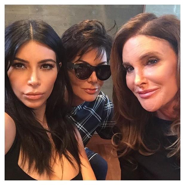 Kim Kardashian com os pais, Kris Jenner e Caitlyn Jenner (Foto: Instagram/ Reprodução)