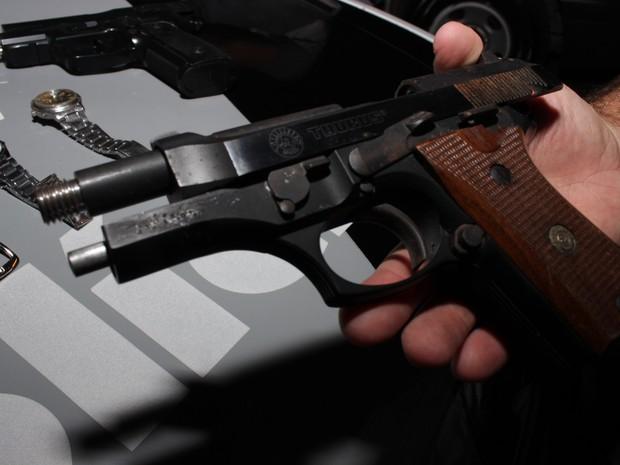 Pistola apreendida pela PM com trio após assalto a residência em Rio Claro (Foto: Samuel Pancher/Arquivo pessoal)