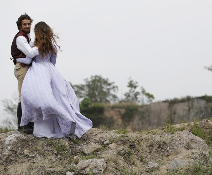 Rafael Cardoso e Alinne Moraes gravam cena na beira de penhasco (Foto: Fábio Rocha/Gshow)