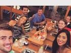 Depois de dia na praia, ex-BBBs Rafael e Talita jantam juntos