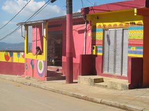 Comércios também foram enfeitados com tintas (Foto: Anna Gabriela Ribeiro/G1)