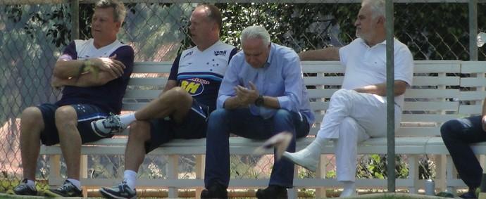 Mano Menezes foi apenas observador no treino do Cruzeiro desta quarta-feira (Foto: Tayrane Corrêa)