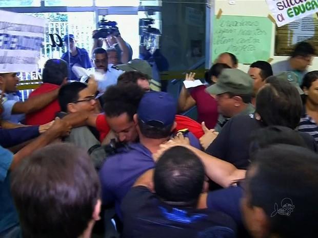 Professores realizaram manifestações contra redução (Foto: TV Verdes Mares/Reprodução)