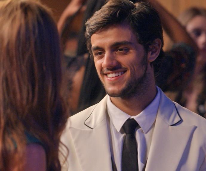 Jonatas arranja um jeito de brindar com Eliza, mas bebe o drink errado (Foto: TV Globo)