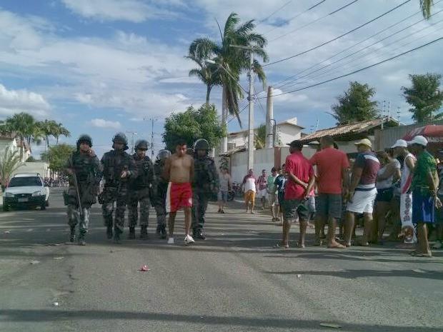 Um dos presos tentou depredar um veículo da Polícia Militar (Foto: Juscelino Filho/G1)