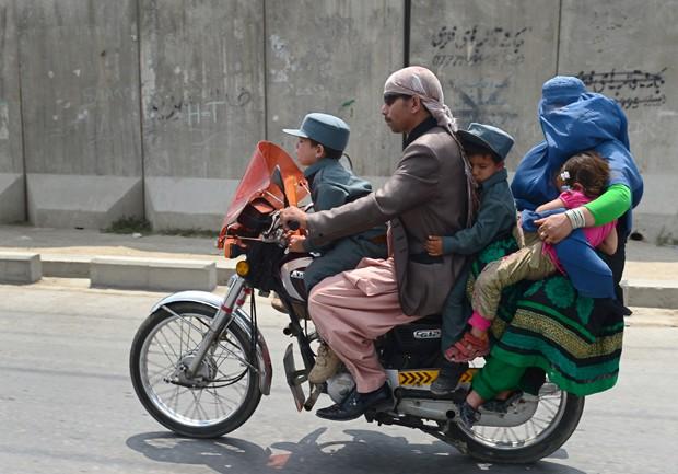 Família inteira foi fotogragrada andando em motocicleta em Kabul, no Afeganistão (Foto: Wakil Kohsar/AFP)