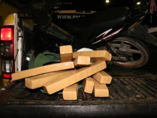 Motocicleta e tabletes de maconha foram apreendidos com o adolescente (Foto: Marcelino Neto/O Câmera)