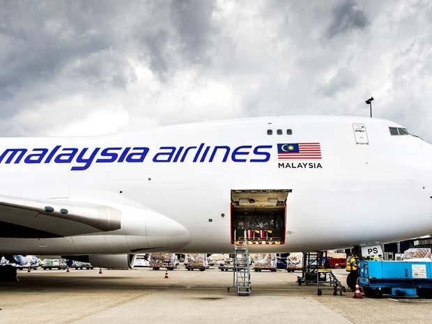 Restos mortais de vítimas da queda do MH17 são colocados em avião, no aeroporto de internacional de Schiphol, na Holanda, nesta quinta-feira (21) (Foto: AFP PHOTO / ANP / KOEN VAN WEEL )