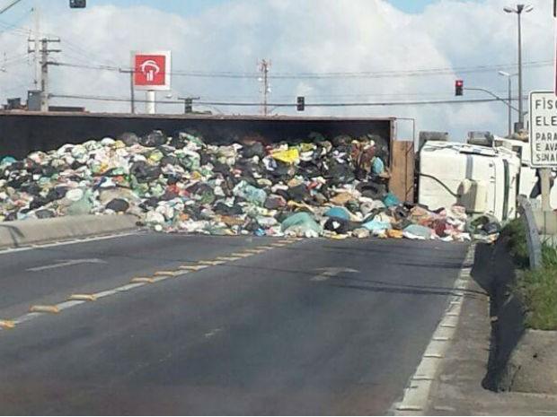 Caminhão tombou e fechou as duas pistas da rodovia (Foto  Rodrigo Fernandes    Arquivo fe620b6d0a