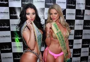 Claudia Alende e Ana Flávia Magalhães, respectivamente segunda e terceira colocadas, no Miss Bumbum 2014 (Foto: Celso Tavares/ EGO)