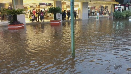 Chuva provoca alagamentos em ruas de São Carlos, Pirassununga e Ibaté, SP