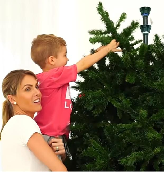 Ana Hickmann e o filho, Alexandre Junior, enfeitam árvore de Natal (Foto  b3e15f0de9