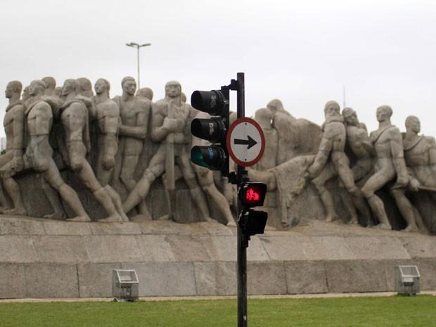 Novo semáforo para pedestres já pode ser visto no acesso ao Monumento às Bandeiras (Foto: Divulgação/CET)
