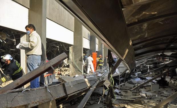 Bombeiros vindos de Tacubaya y e trabalhadores buscan sobreviventes depois de explosão, na Cidade do México (Foto: Guillermo Gutiérrez/AP)