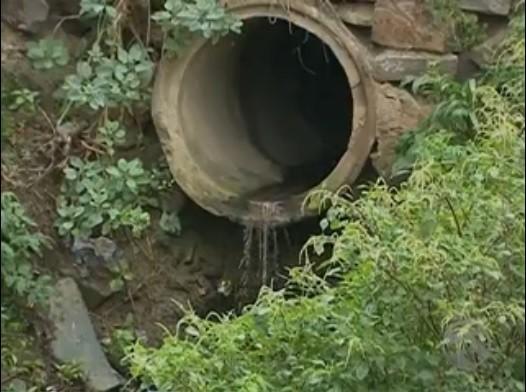 Esgoto é derramado sem tratamento no Rio Ipojuca (Foto: Reprodução / TV Asa Branca)