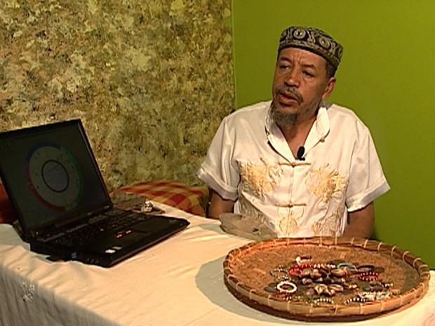 Prof. Hélius é tarólogo há cerca de 13 anos. (Foto: Reprodução/TV Globo)