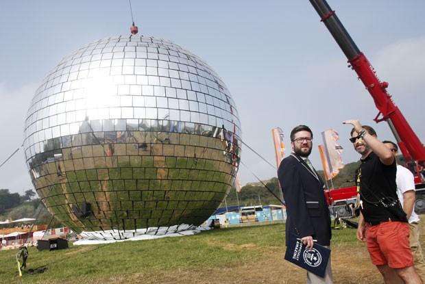 Festival bateu recorde com bola de espelhos de discoteca gigante (Foto: Jim Ross/Invision/AP Images)