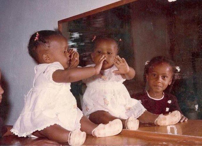 De vestido branco, Negra Li posa toda fofa durante e infância (Foto: Arquivo Pessoal)