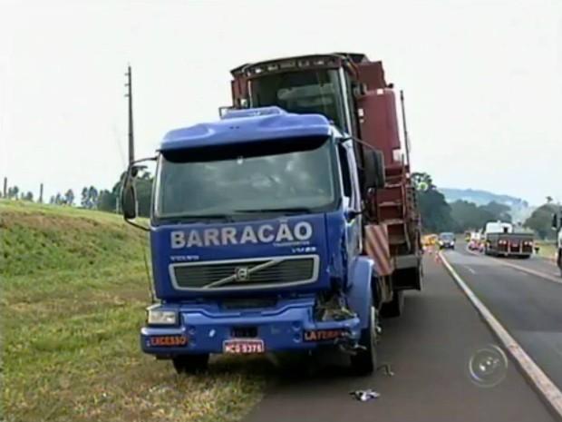 Mototaxista bateu de frente com a carreta (Foto: Reprodução / TV TEM)