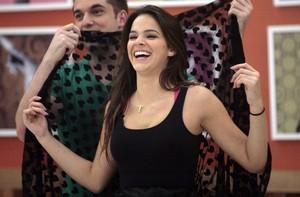 Átila brinca com a saia de Bruna, cheia de corações (Foto: Domingão do Faustão / TV Globo)