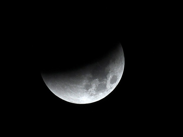 Eclipse da superlua é visto da França (Foto: AFP PHOTO / Remy Gabalda)