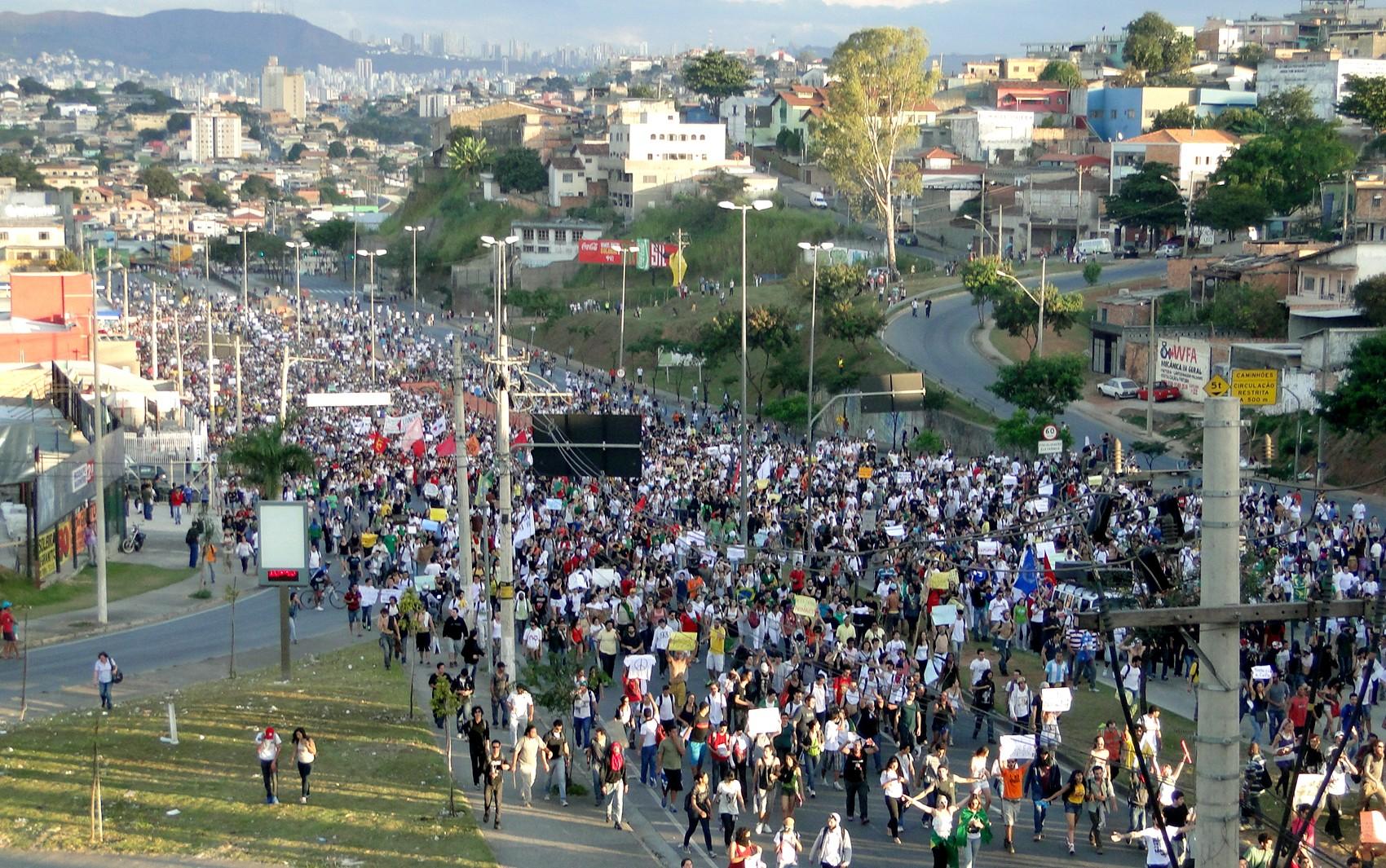 Manifestação na Avenida Antônio Carlos (Foto: Humberto Trajano/G1)
