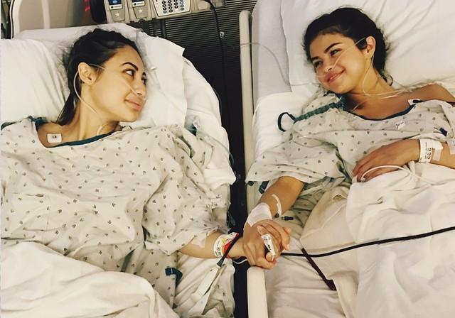 Selena Gomez, que possui lúpus, ao lado da amiga Francia Raisa, que doou um rim para a cantora (Foto: Reprodução Instagram)