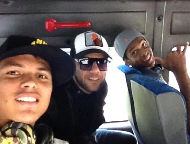 Thiago silva daniel alves e Jô brasil no avião para goiânia (Foto: Reprodução / Instagram)