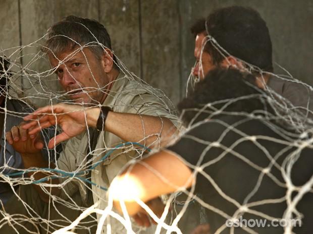 Kléber e seus capangas são presos em uma rede (Foto: Fábio Rocha/TV Globo)