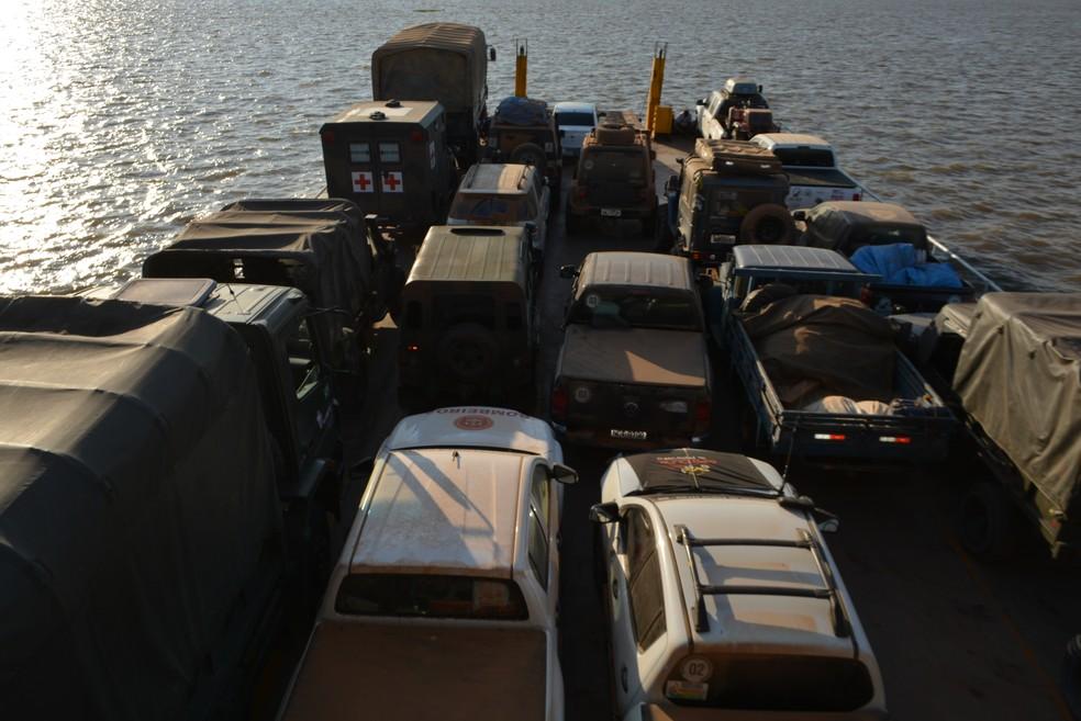 Parte dos carros da Caravana na última balsa, indo para Manaus  (Foto: Mary Porfiro/G1)