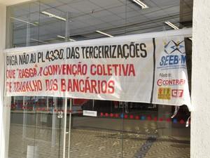 Agências bancárias abriram as portas uma hora mais tarde que o normal (Foto: Nathália Lorentz/ G1)