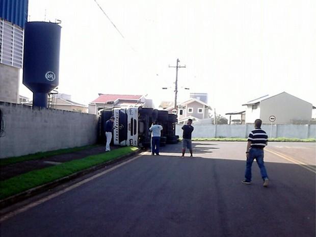 Carreta tombada em Paulínia nesta quarta-feira (Foto: Fábio Gomes de Souza/Vc no G1)