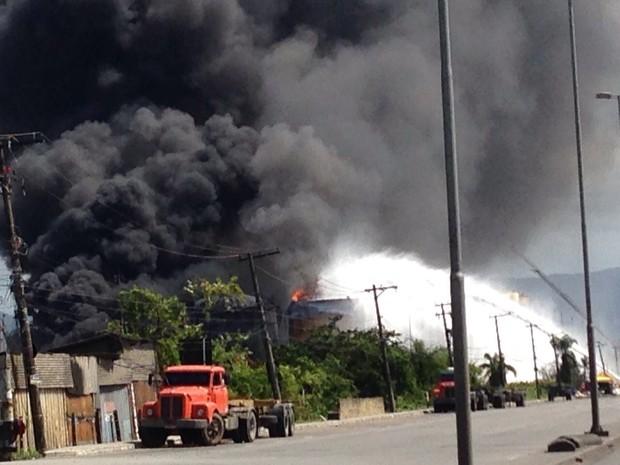 Cold fire serve para conter as chamas do incêndio em Santos, SP (Foto: Guilherme Lucio/G1)