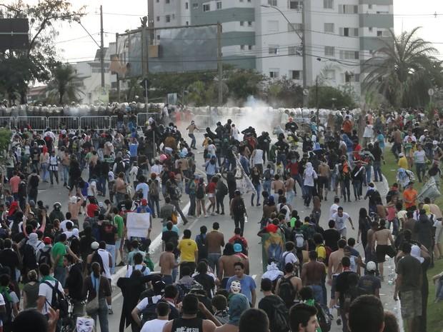 Policiais e manifestantes entram em confronto na Região da Pampulha. (Foto: Sara Antunes/G1)