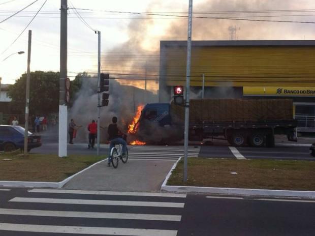 Caminhão pegou fogo após batida (Foto: Fernanda Pereira/ Internauta)