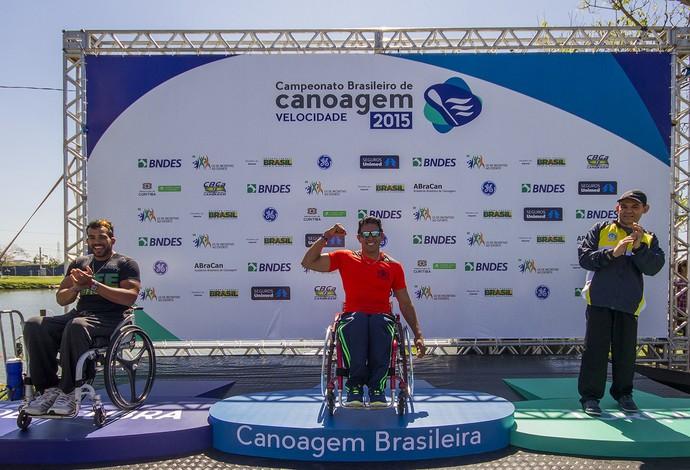 Luis Carlos Cardoso celebra mais um ouro nacional (Foto: Flickr / Confederação Brasileira de Canoagem)