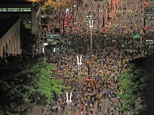Manifestantes realizam um protesto na Avenida Paulista, em São Paulo, depois da nomeação do ex-presidente Luiz Inácio Lula da Silva como ministro-hefe da Casa Civil, no governo de Dilma Rousseff (Foto: Rafael Arbex/Estadão Conteúdo)