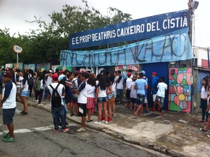 Estudantes ocupam Escola Estadual Professora Beathris Caixeiro Del Cistia (Foto: Moisés Soares/ TV TEM)
