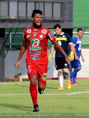 William Pires, atacante do Rio Branco em amistoso contra o Atlético-AC (Foto: João Paulo Maia)