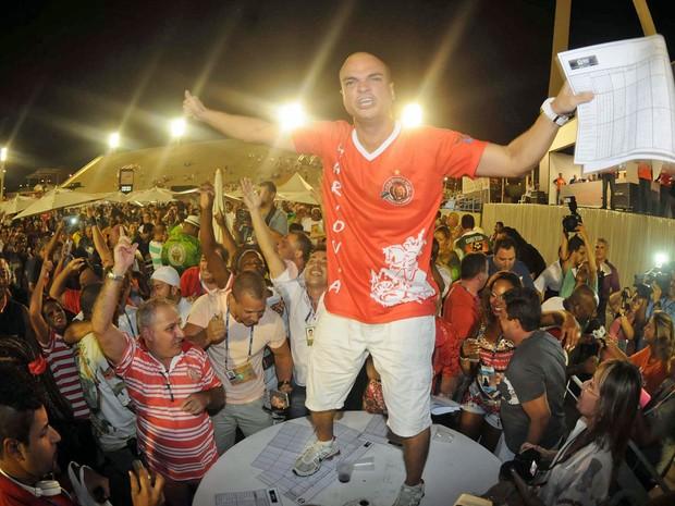 Integrante da Estácio de Sá comemora o título da Série A do carnaval do Rio (Foto: Alexandre Durão/ G1)