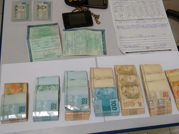 Foram apreendidos cerca de R$ 16 mil  (Foto: Imprensa Caratinga )