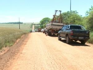 Manifestantes e agricultores pedem pavimentação de estrada de terra (Foto: Reprodução/RBS TV)