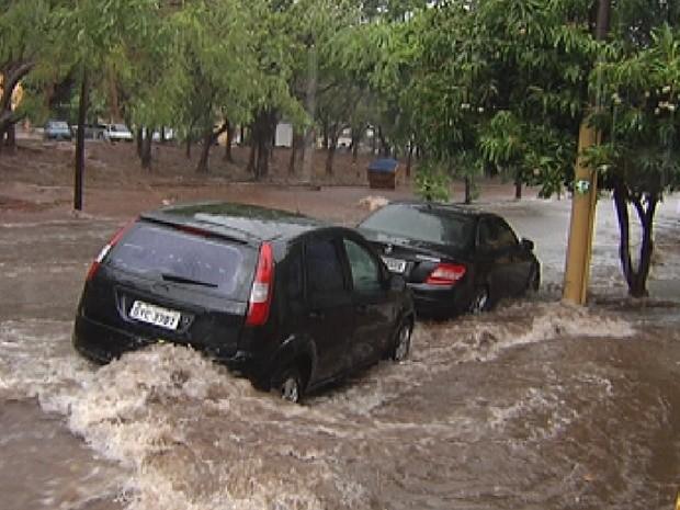 Ruas em Rio Preto ficaram alagadas durante a tempestade (Foto: Reprodução/TV Tem)