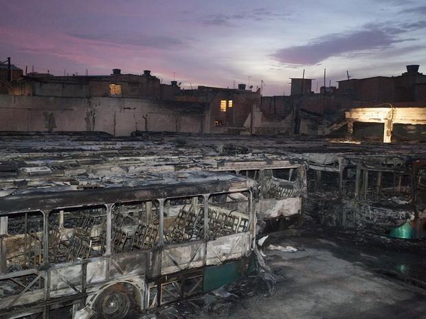Trinta e cinco ônibus da viação Urubupungá, em Osasco, na Grande São Paulo, foram incendiados na madrugada desta terça-feira (22). Trinta e quatro estavam na garagem da empresa e um foi atacado quando estava na rua (Foto: Mario Ângelo/Sigmapress/Estadão Conteúdo)